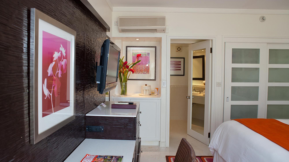 Bedroom of the Garden View room at Crystal Cove by Elegant Hotels
