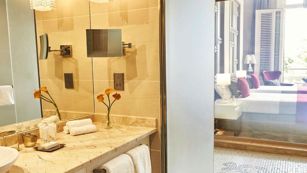 deluxe room bathroom at the Gran Hotel Manzana Kempinski La Habana