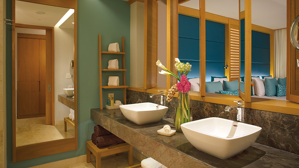 Bathroom of the Preferred Club Junior Suite Ocean Front with Private Pool at Dreams Playa Mujeres