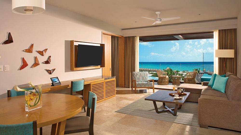 Living room of the Preferred Club Master Suite Ocean View at Dreams Playa Mujeres