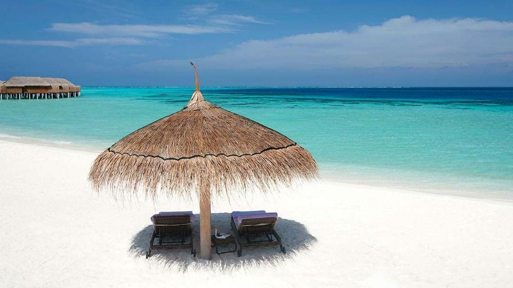 white sand beach at the Constance Moofushi Maldives