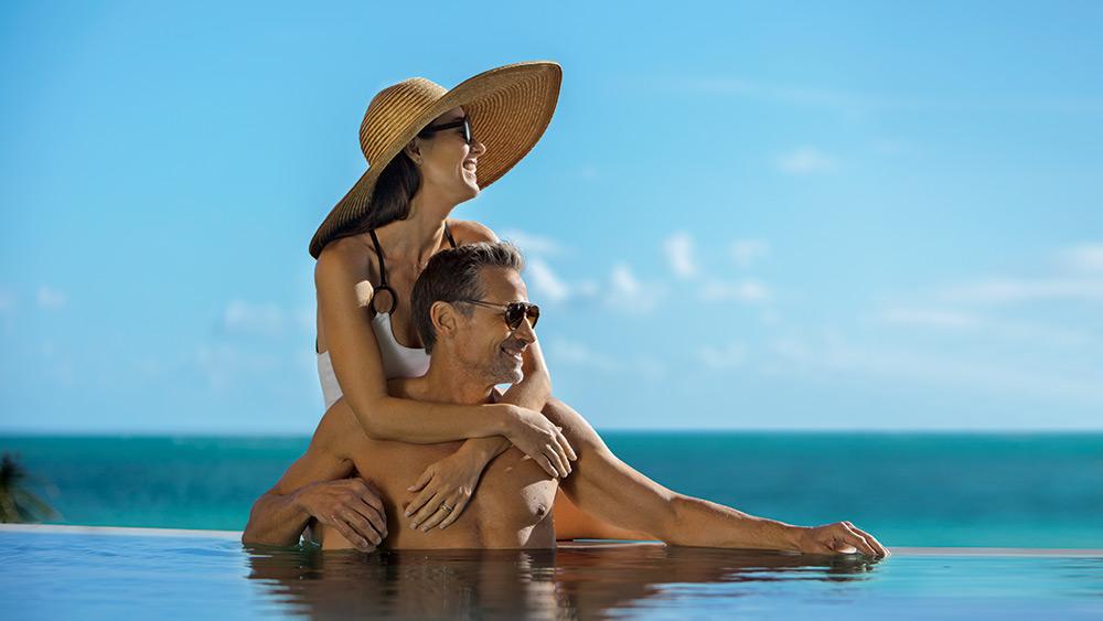 Couple on the edge of the infinity pool at Zoetry Paraiso de la Bonita