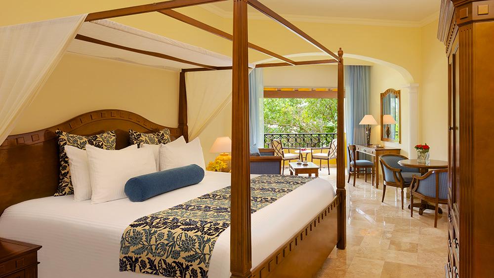 Bedroom of the Preferred Club Junior Suite Tropical View at Secrets Capri Riviera