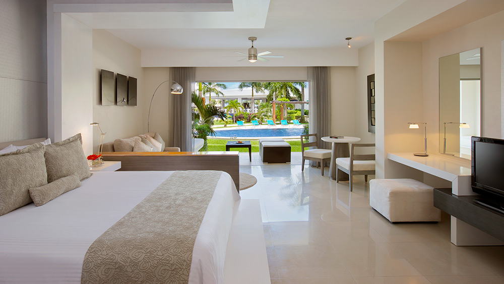 Bedroom of the Junior Suite Swim-Up at Secrets Silversands