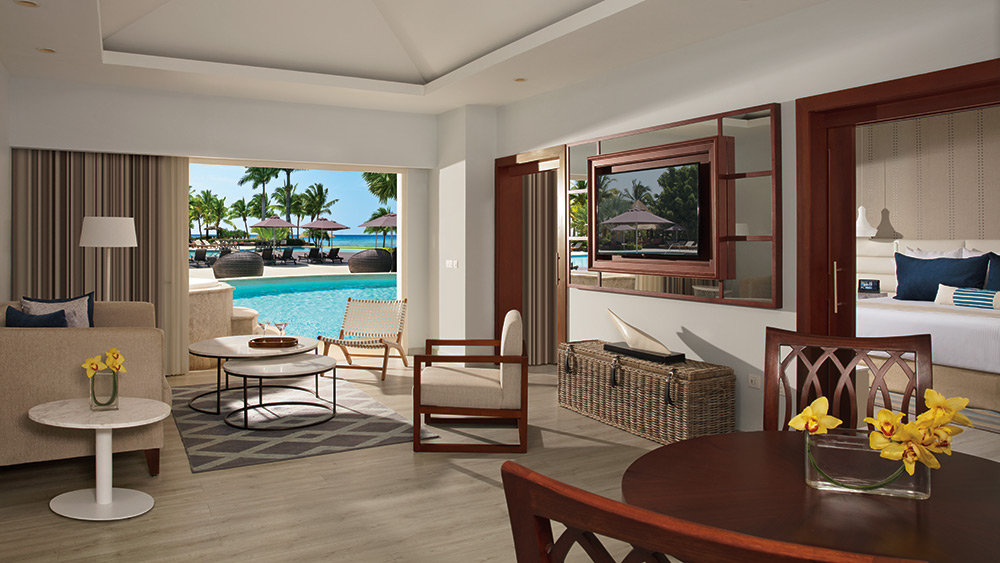 Living room of the Preferred Club Master Suite Swim Out at Secrets St James