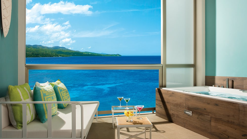 Balcony with whirlpool in the Xhale Club Junior Suite Ocean View at Breathless Montego Bay